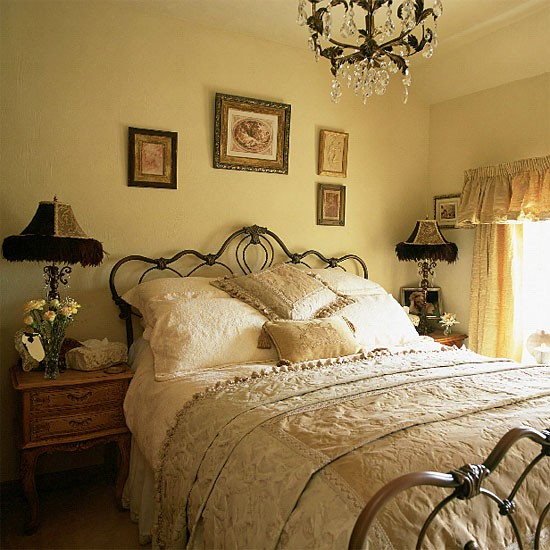 Vintage bedroom bedroom furniture decorating ideas for Vintage bedroom design
