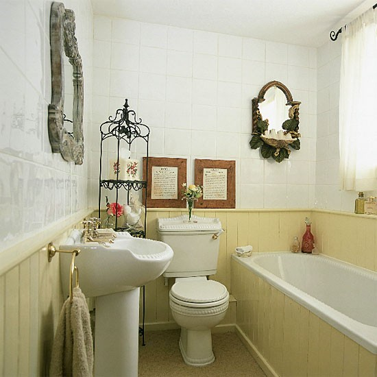 Small yellow bathroom bathroom idea display rack - Deco petite salle de bain avec baignoire ...