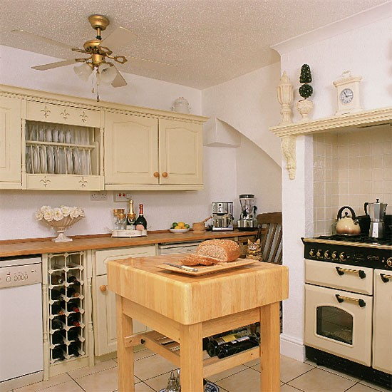 Traditional cream kitchen designs for Cream kitchen ideas