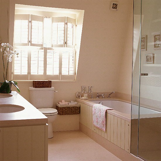 Cream attic bathroom with shutters - Decoraciones de banos ...