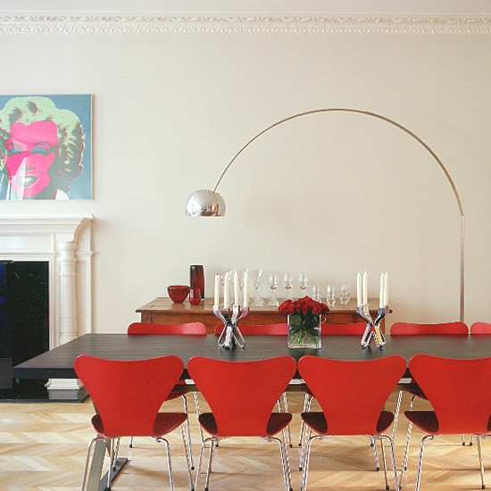 Dining room with contemporary table red chairs and lamp for Como e dining room em portugues