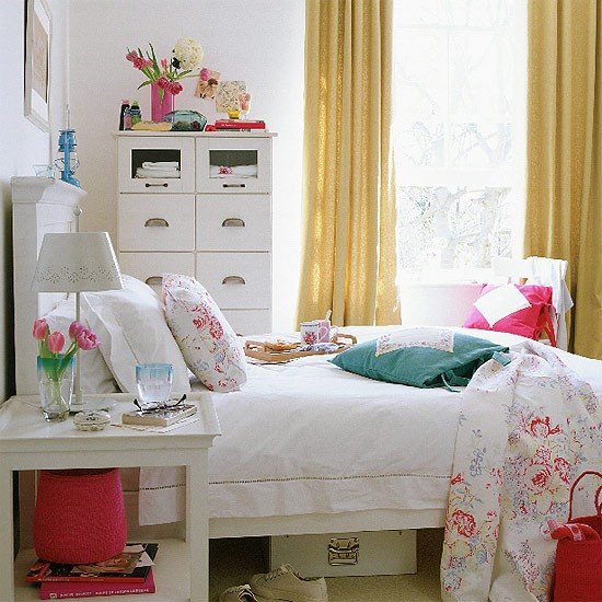 Bedroom with white painted furniture and floral quilt - Dormitorios vintage blanco ...