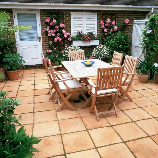 Garden table and tiled courtyard for Paved courtyard garden ideas