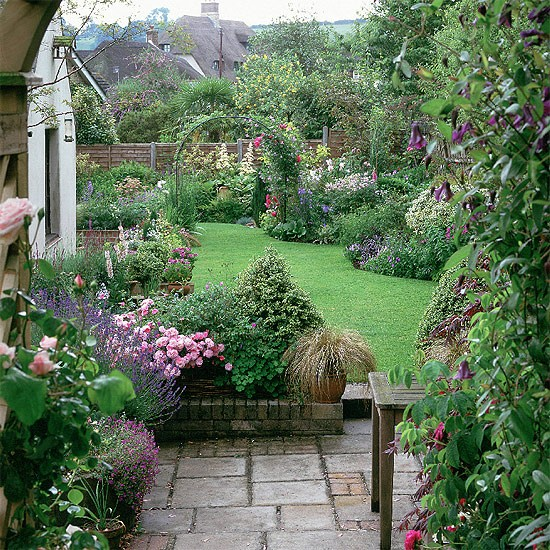 Curved lawn and summer planting | housetohome.
