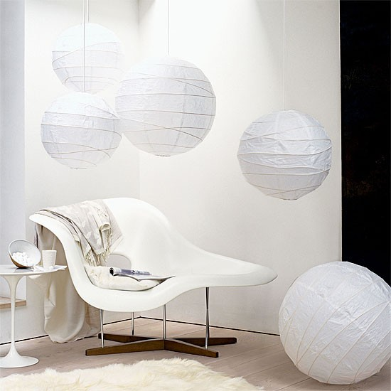 Living room with paper lanterns and contemporary chaise for Lampadaire la chaise longue