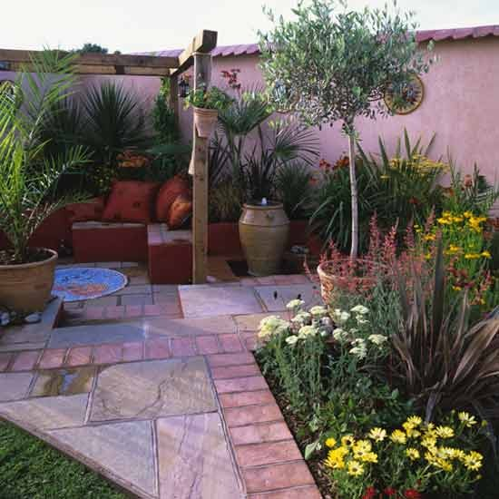 Mediterranean style courtyard for Small front courtyard design ideas