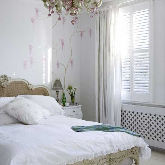 http://housetohome.media.ipcdigital.co.uk/96/000008edb/97a2_orh550w550/bedroom-with-pink-chand112.jpg