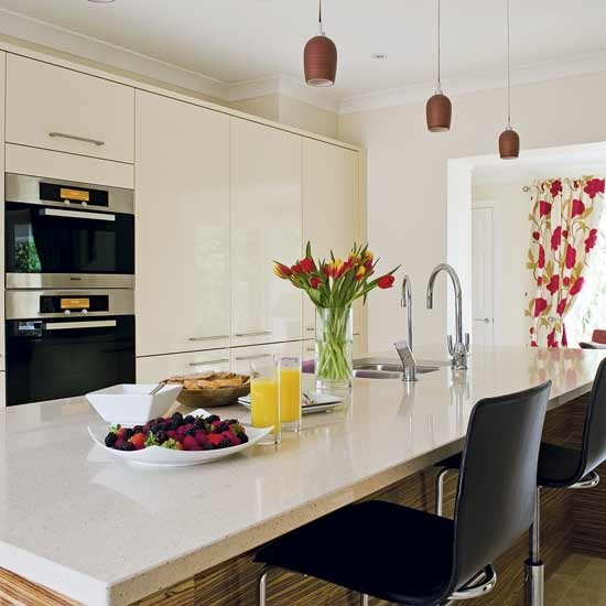 Cream Kitchen Black Worktops: High-gloss Cream Kitchen