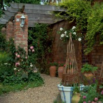 Create a country-style courtyard with gravel