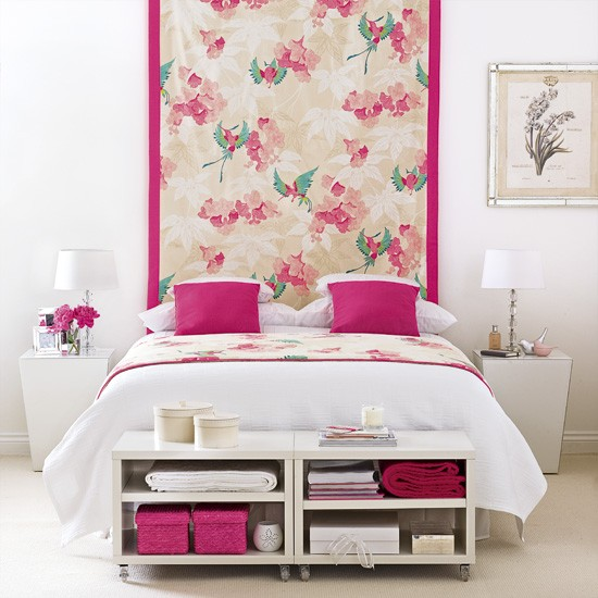 Pink and white bedroom decorating ideas wall hanging for Black pink and white bedroom ideas