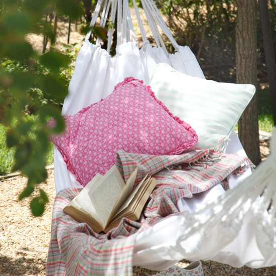 Relaxed garden hammock | Country garden decorating ideas | image