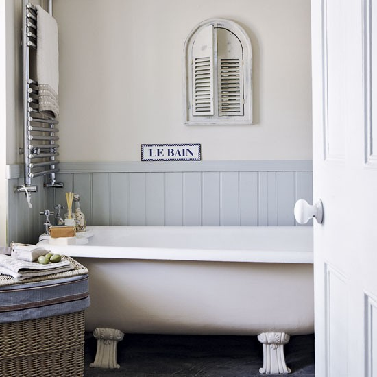 Small country style bathroom simple bathroom designs for Small bathroom designs uk