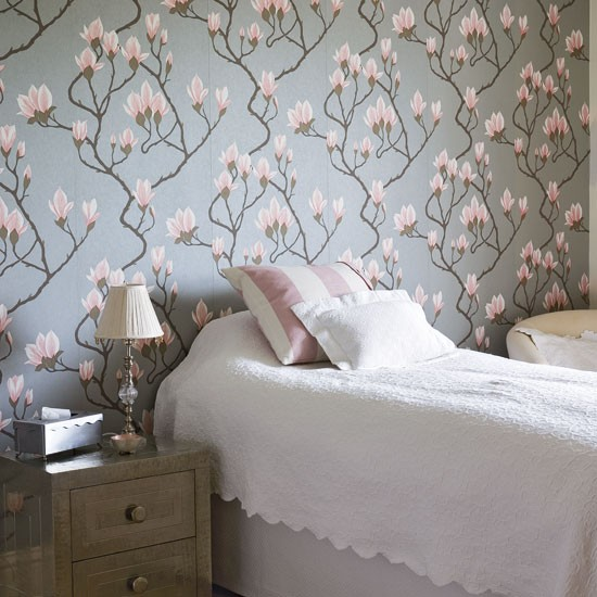 Traditional floral bedroom floral wallpaper bedroom for Grey bedroom wallpaper