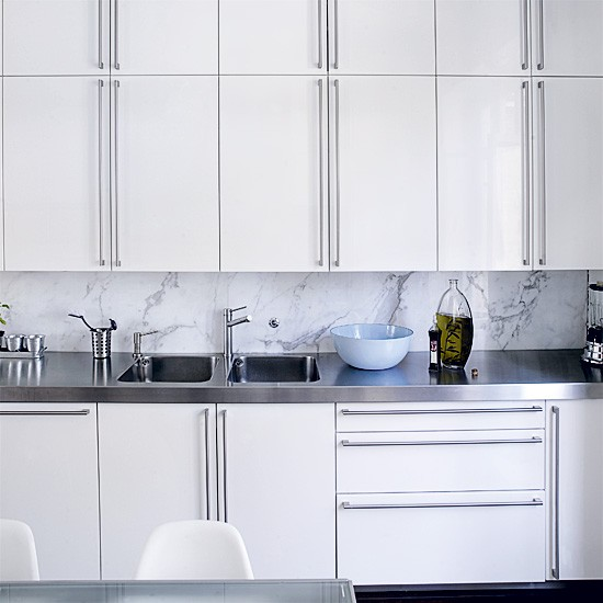 21 Sleek And Modern Metal Kitchen Designs: Sleek Fitted White Kitchen
