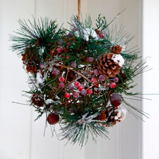 Homemade christmas decorations with pine cones photograph Homemade christmas decorations using pine cones