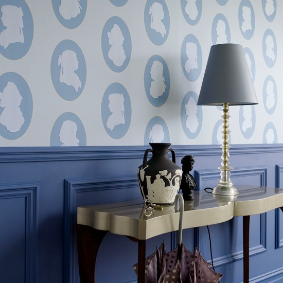 A regal entrance 10 wallpaper ideas for hallways for Hallway wallpaper