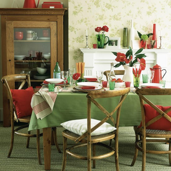 Decorating With Contrasting Colours: Traditional Green-and-red Decor