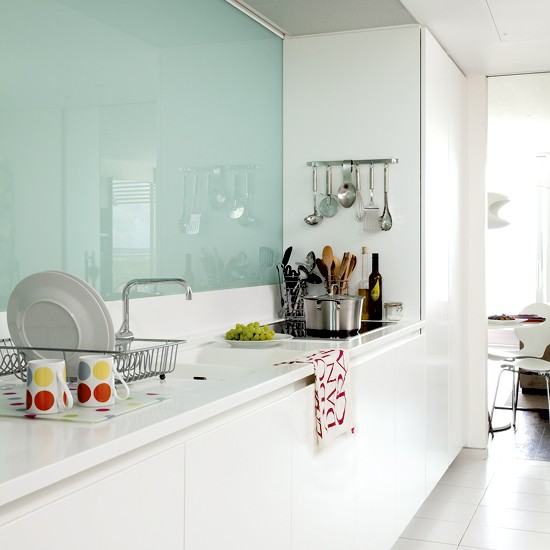 Modern White Kitchens With Glass Splashbacks