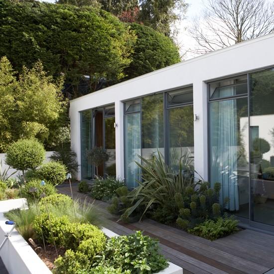 Modern garden pictures house to home for Contemporary garden designs for small gardens