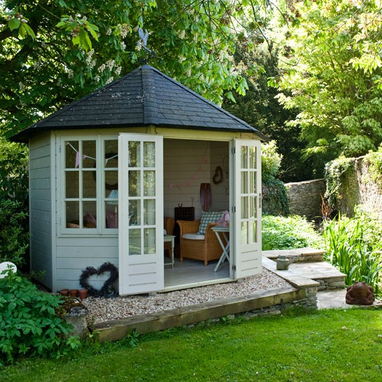 Country garden with summerhouse garden inspiration for Garden designs with summer houses