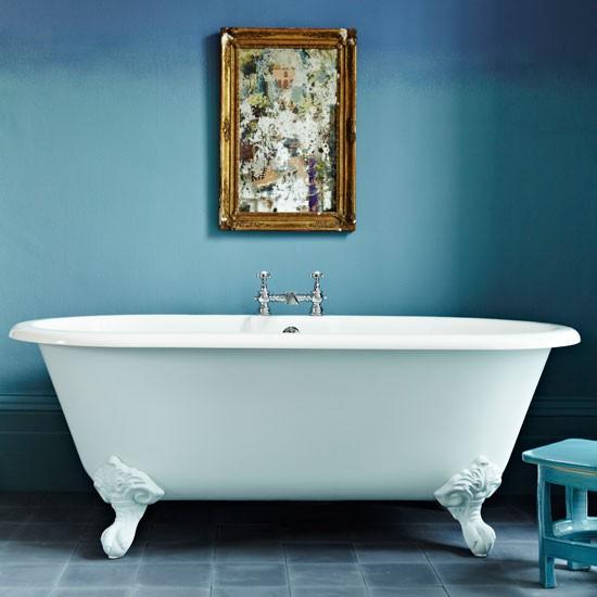Белая ванная в стиле барокко, с