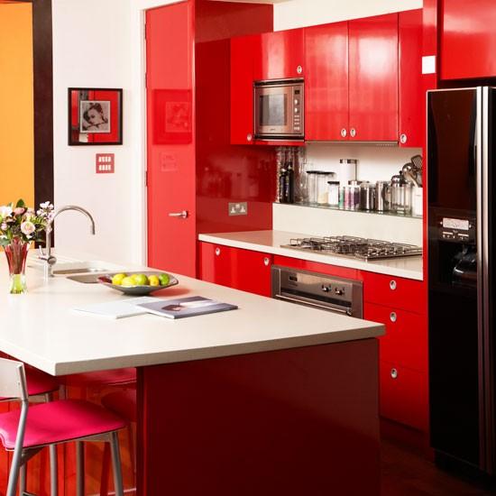 Bold red kitchen kitchen design idea for Enchapes para cocinas integrales