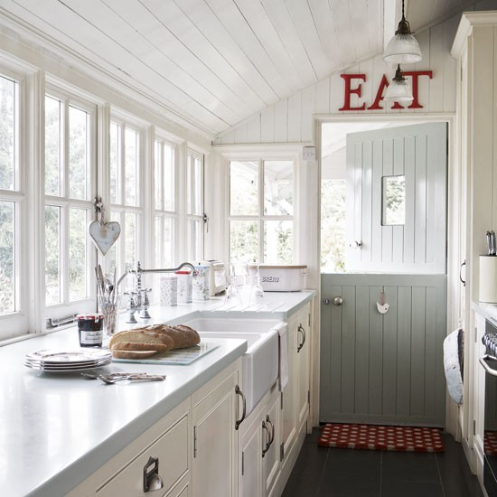 Wood panelled country kitchen vintage style for Small white country kitchen