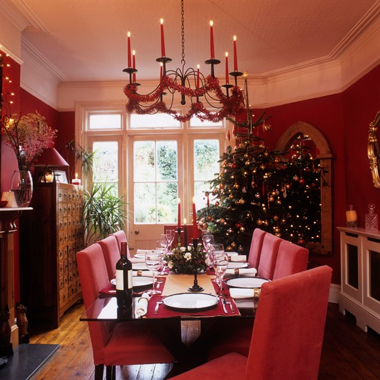 Christmas dining room step inside this cosy christmas for Dining room xmas decorations