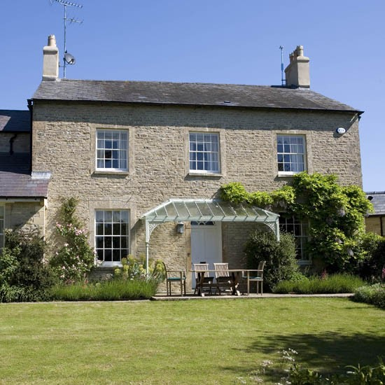 Country house tour 25 beautiful homes for Traditional country homes