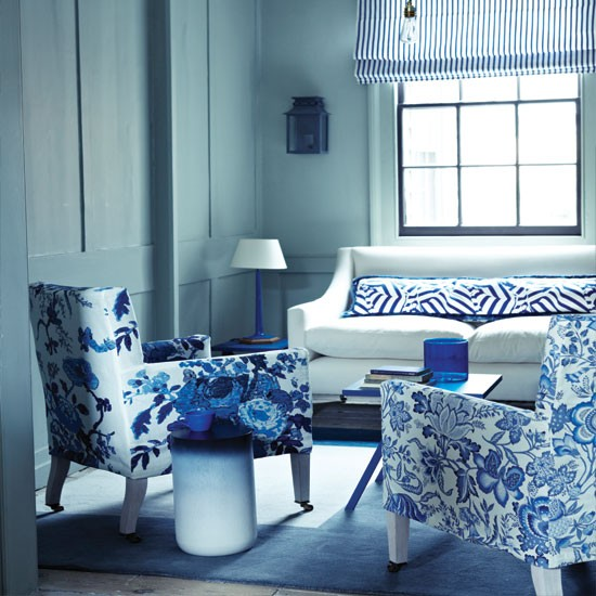 Blue living room decor 2017 grasscloth wallpaper for Black white and blue living room ideas
