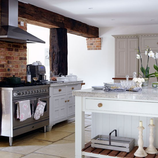 Country kitchen with range cooker | Kitchen | Country Homes & Interiors | IMAGE | Housetohome.co.uk