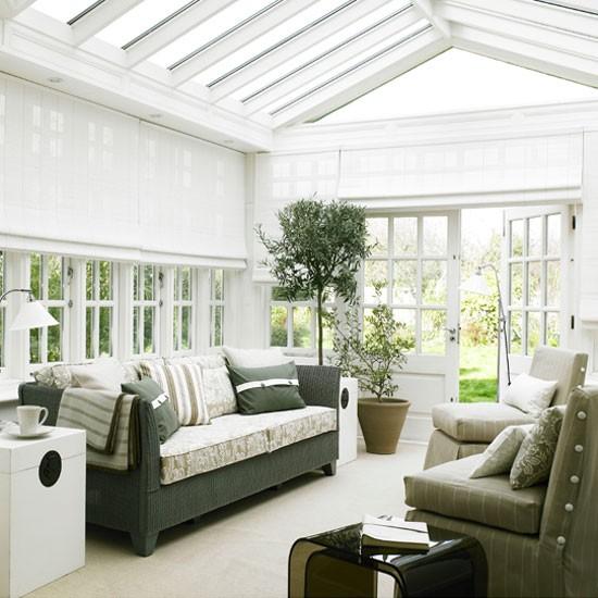 Conservatório de sala de estar pintado de branco com vasos de plantas e telhado de vidro | Sala Garden | Laranjal | Idéias de decoração | Housetohome | GALERIA DE FOTOS