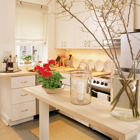 Simple white kitchen small kitchen design ideas for Small kitchen ideas uk