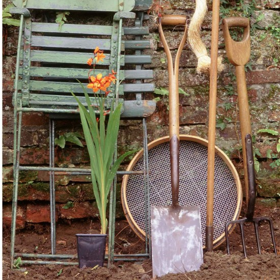 Weeding jobs to do in the garden in april housetohome for Gardening jobs for april