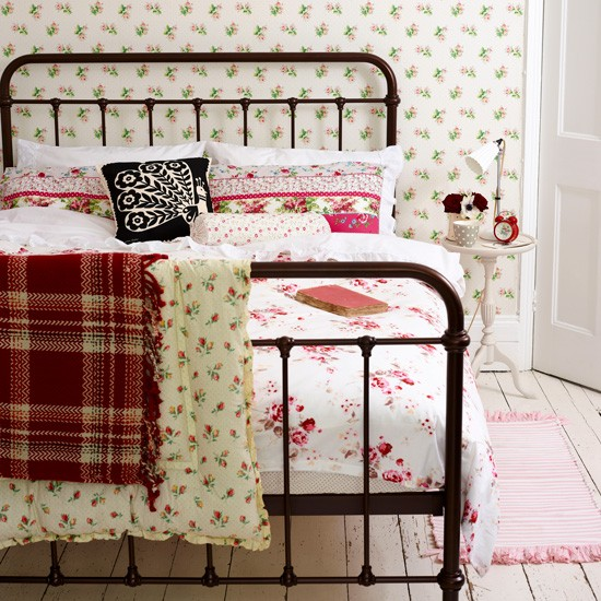 Pretty vintage bedroom | Country bedroom ideas | Vintage decorating ideas | Houseothome