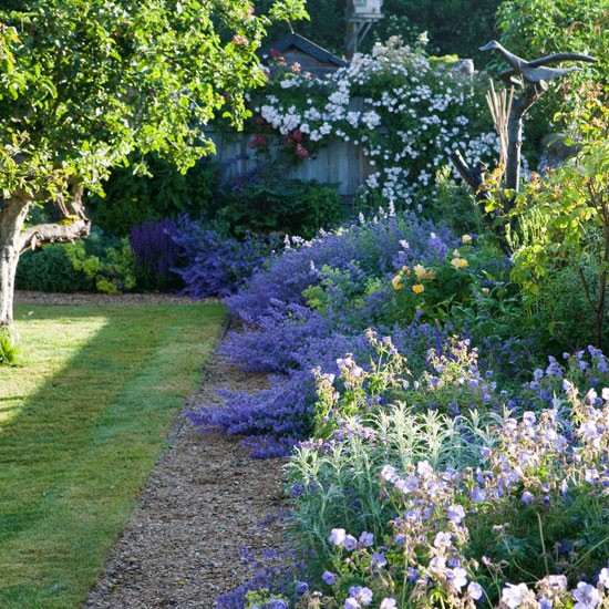 Classic planting country gardens for Country garden designs landscaping