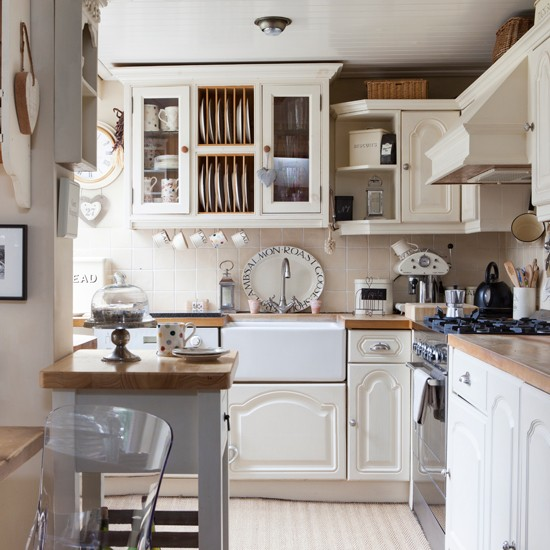 Country family kitchen with wood cabinetry | Family kitchens | PHOTO GALLERY | 25 Beautiful Homes | Housetohome.co.uk