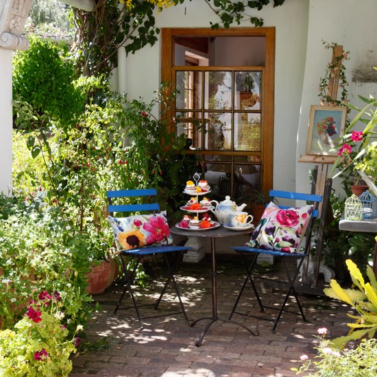 Blue bistro garden dining area artist inspired for Country garden ideas for small gardens