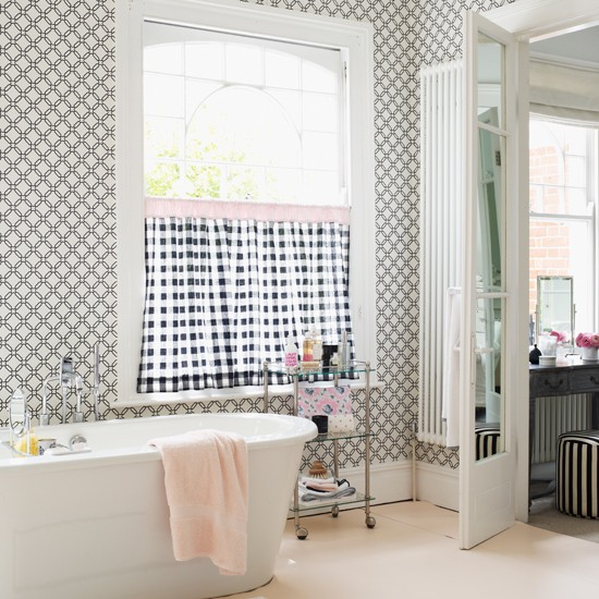 Chic monochrome bathroom chic monochrome 10 decorating for Monochrome design ideas