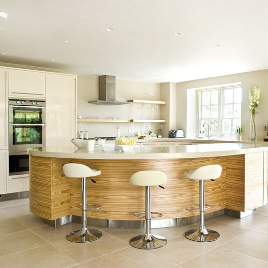 Breakfast bar | Be inspired by this glossy cream kitchen ...