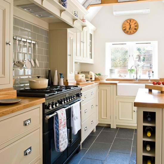 Country style kitchen for Cream kitchen ideas