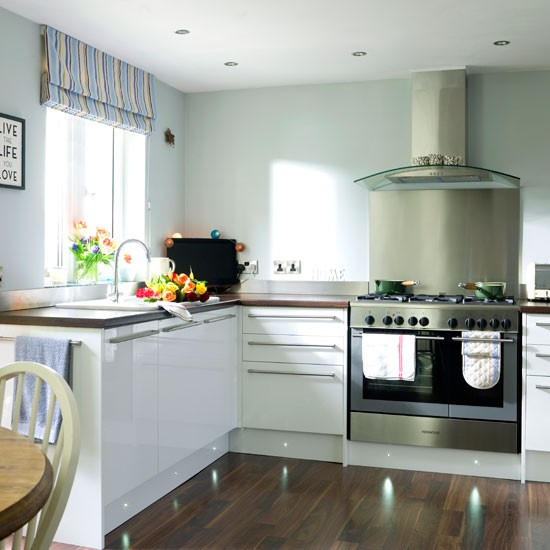 White Gloss Kitchen Wood Worktop: Warm And Inviting Country Cottage