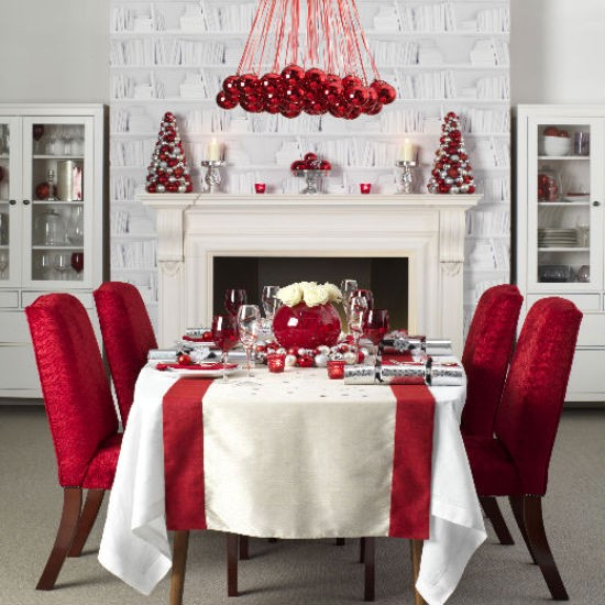 The idea of a red crystal ball on the design of the dining table at Christmas