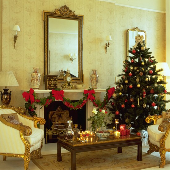 Elegant christmas living room christmas decorating ideas for Beautiful homes decorated for christmas