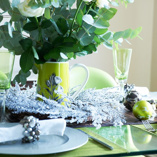 Dining table with evergreen wreath centrepiece and jewelled napkin holders