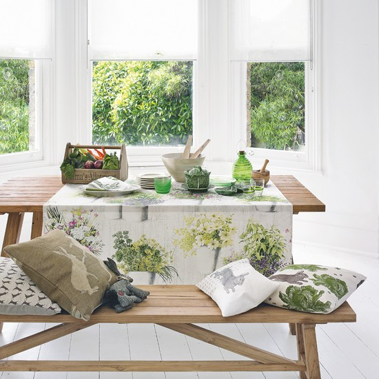 Green and white conservatory for Conservatory dining room decorating ideas