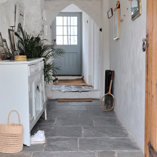 Hallway with flagstone floor modern country cottage for Interieur ideeen hal