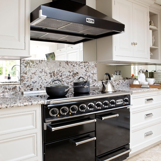 Black and white classic kitchen for Black and white kitchens photos
