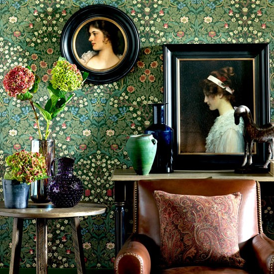 Living room with traditional wallpaper wow wallpaper for Living room paper ideas
