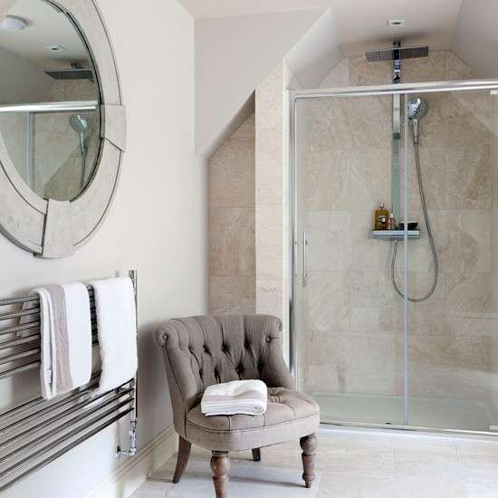 Classic en suite bathroom with travertine tiles for Ensuite toilet ideas